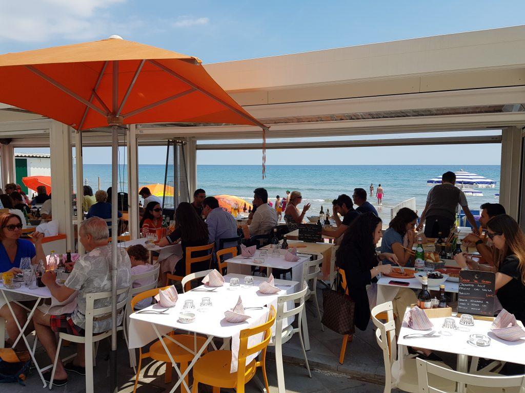 eten aan het strand bij restaurant Clapsy in Alassio (prima Alassio familierestaurant